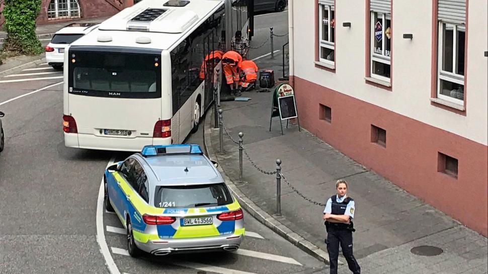 Baufhofmitarbeiter entfernen den Pfosten, damit der Bus weiterfahren kann.
