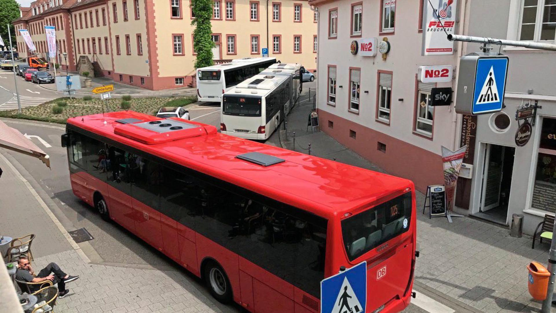 Ein Bus hing am Freitag in der Bruchsaler Friedrichstraße an einem Pfosten fest (rechts oben), andere leisteten Millimeterarbeit, um in an ihm vorbeizukommen.