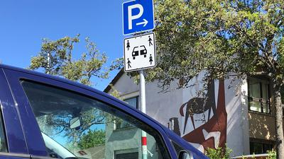 Ein Parkplatz, ja, aber für wen: Die Schilder für Car-Sharing-Stellflächen im öffentlichen Raum haben sich noch nicht durchgesetzt.