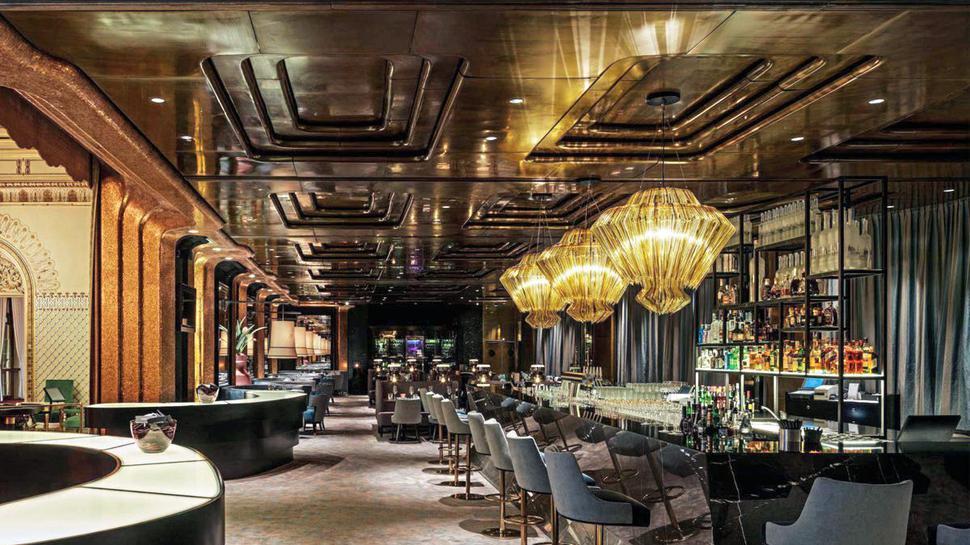 Zur Einstimmung auf den Abend im Casino Baden-Baden erwartet das Gewinner-Duo einen Aperitif an der Bar des Restaurants The Grill.