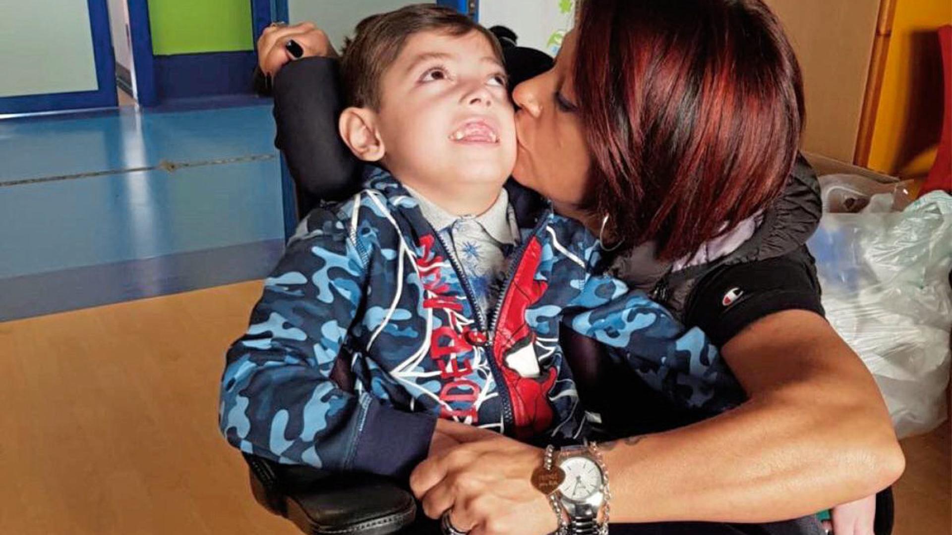 Der 6-jährige Pisa-Fan Christian mit seiner Mama.