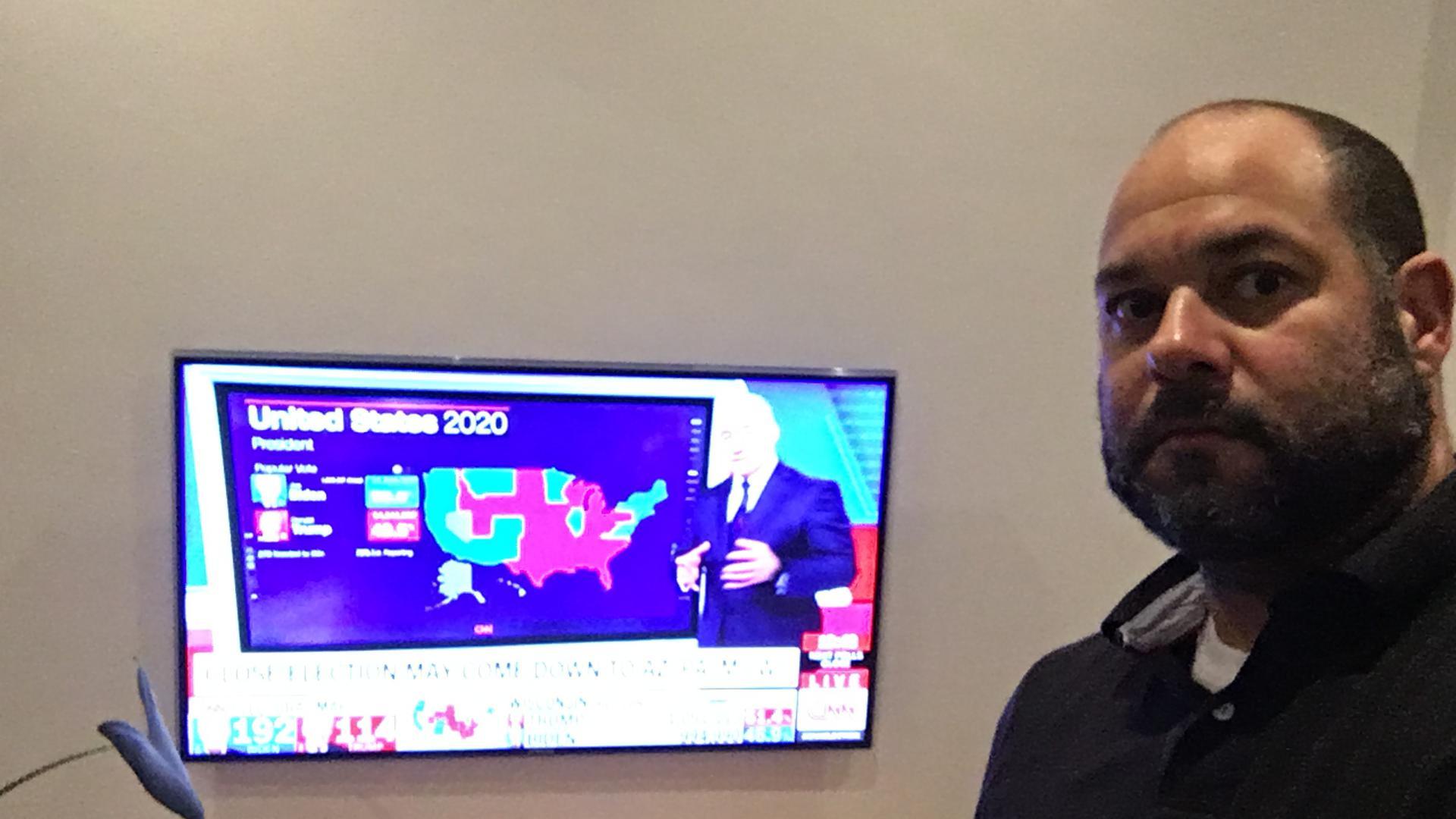 Allein im Wohnzimmer: Cilfton Johnson aus Maryland verfolgt die Wahl in seiner Heimat schon die halbe Nacht lang von Jöhlingen aus.