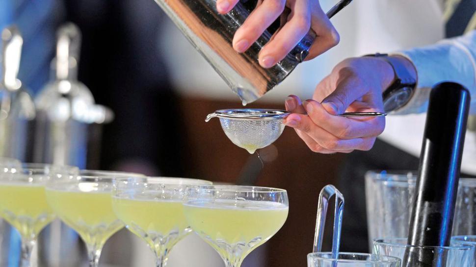 Ob Eigenkreation oder Klassiker: Bei einem Kurs in der Wunder-Bar taucht der oder die Glückliche in die Kunst des Cocktails-Mixens ein.