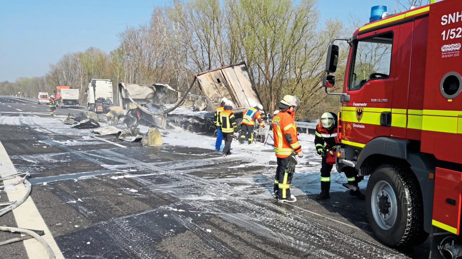 Ein Sattelzug, ein Transporter und ein Pkw waren bei dem Unfall beteiligt.