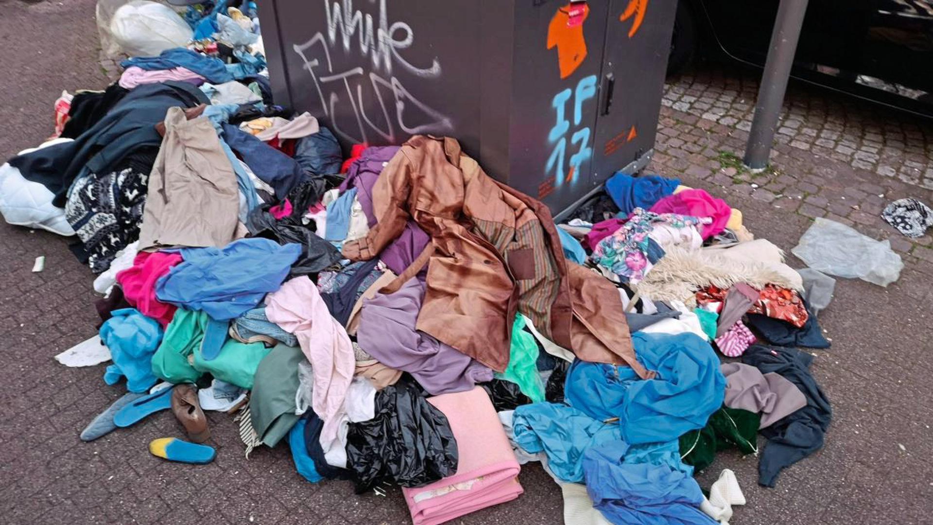 Altkleidercontainer wie hier in der Oststadt werden in Karlsruhe häufig aufgebrochen. Diebe nehmen nur die besten Stücke mit.