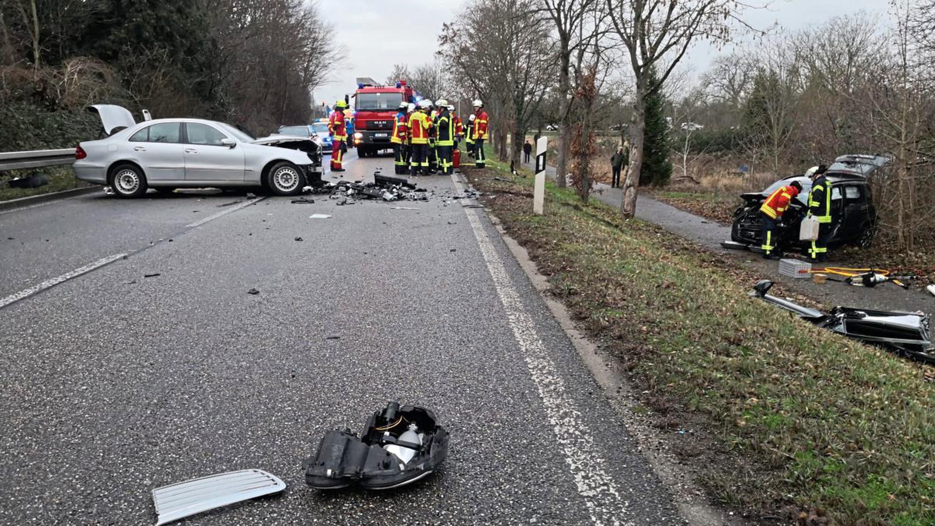 Frontalzusammenstoß mit mehreren Schwerverletzten in Karlsruhe-Grötzingen auf der B3.