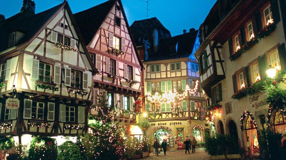 In weihnachtlichem Lichterglanz erstrahlen die Fachwerkhäuser in der Altstadt von Colmar im Elsass. Während der Advents- und Weihnachtszeit verzaubert ein Spiel von Lichtern den historischen Kern des Elsassstädtchens.