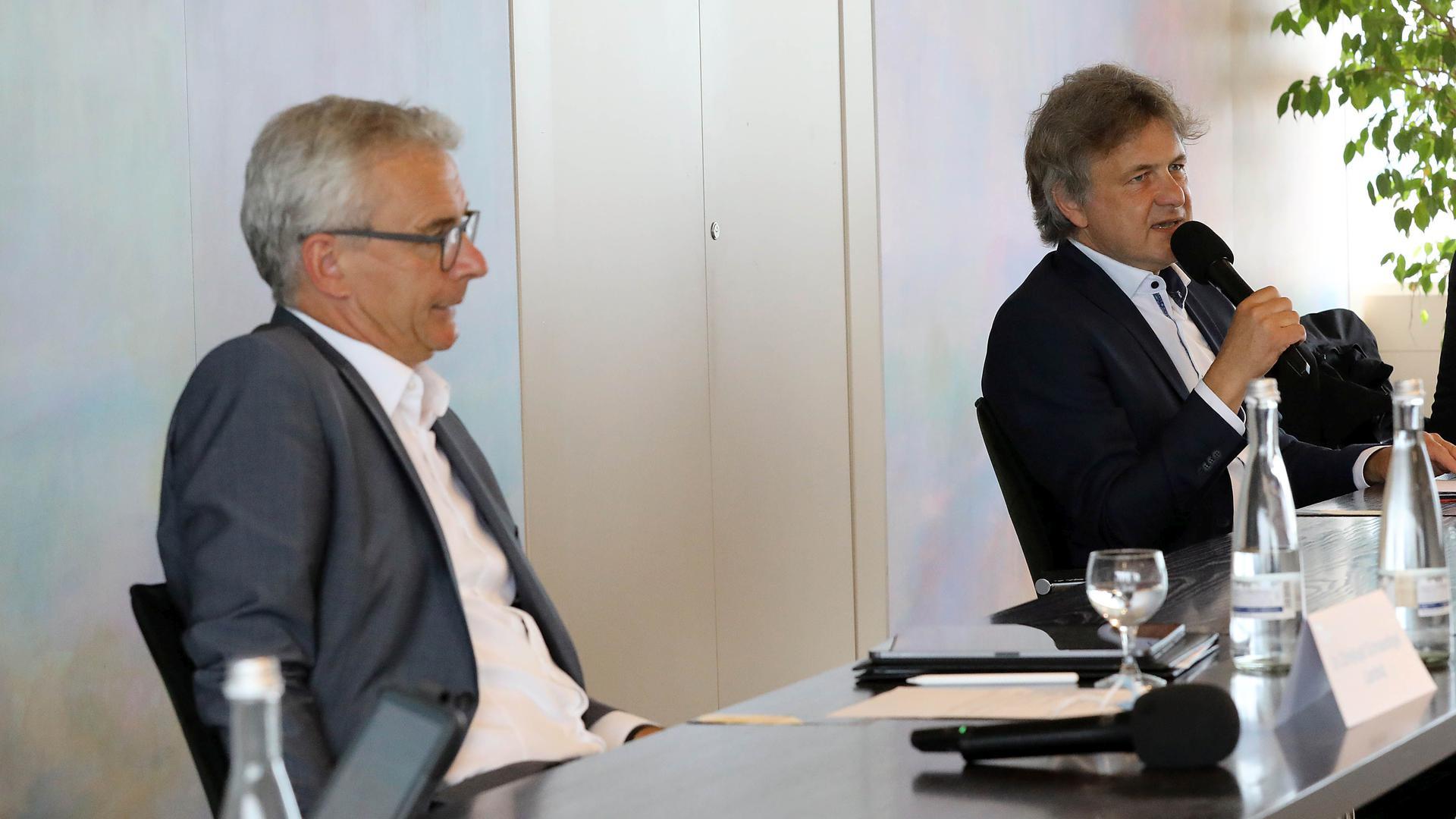 Zufrieden aber dennoch vorsichtig beim Blick auf Corona: OB Frank Mentrup und Landrat Christoph Schnaudigel (links).