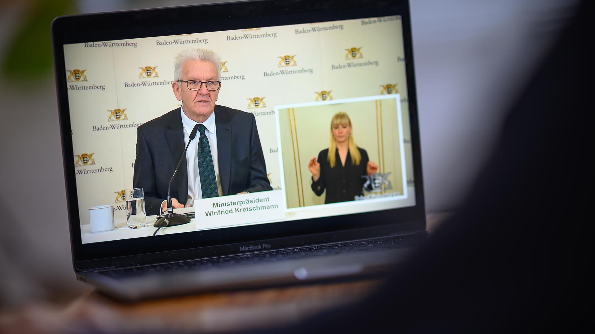 Winfried Kretschmann, Ministerpräsident von Baden-Württemberg, bei einer Videokonferenz zu Beschränkungen wegen des Coronavirus.