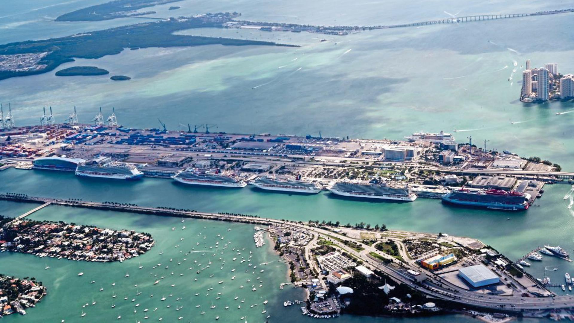 Die Luftaufnahme zeigt gleich mehrere Kreuzfahrtschiffe, die im Hafen von Miami auf ein Ende der Coronakrise warten.