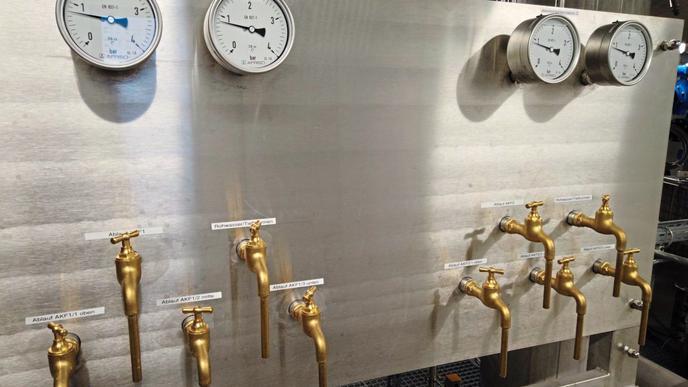 Das Rohwasser ist stark PFC-belastet; das Trinkwasser, das am Ende herauskommt, nicht mehr. Gefiltert wird mit Aktivkohle.