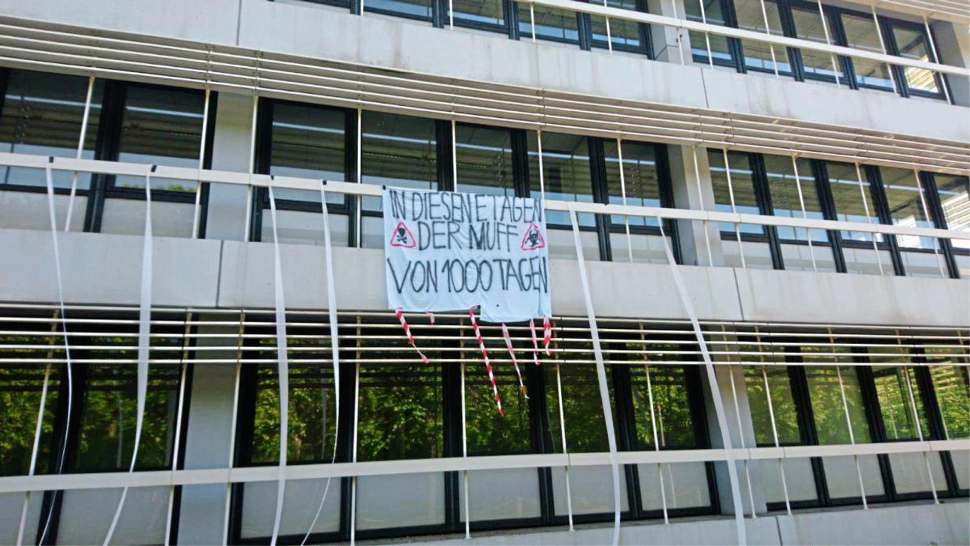 """""""In diesen Etagen der Muff von 1.000 Tagen"""": Studierende haben Protestplakate gegen den Umgang mit PCB am KIT-Campus aufgehängt."""