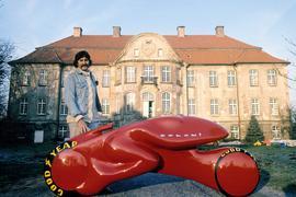 Luigi Colani präsentiert in Sassenberg in Nordrhein-Westfalen seinen Entwurf eines turbinengetriebenen Zweirads vor seinem damaligen Wohnsitz Schloss Harkotten.