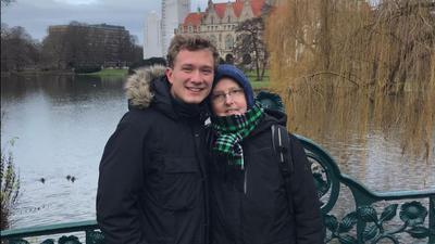 Blutsverwandt: Oliver Dietz und Hannelore Schmidt haben genetisch gleiche Stammzellen. Im Dezember 2019 haben sie sich in Hannover getroffen.