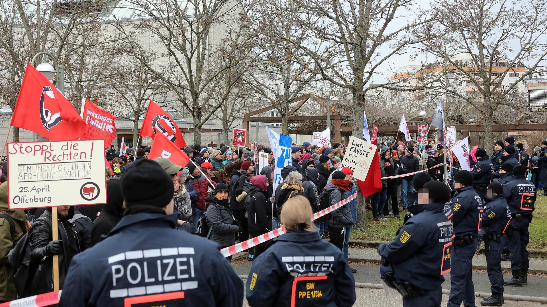 Kleinere Rangeleien und verbale Unmutsäußerungen protokollierte die Polizei bei der Demonstration gegen den AfD-Neujahrsempfang in der Neureuter Badnerland-Halle.