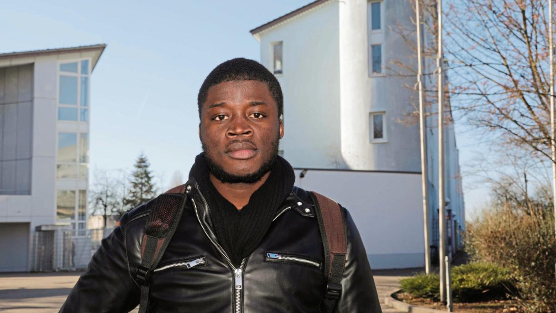 Fand in Deutschland Freunde und Feinde: Alassa Mfouapon vor der Landeserstaufnahmestelle für Flüchtlinge in Karlsruhe.