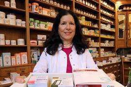Volle Regale: Das wird für Apothekerin Sema Dehmer zur Herausforderung. Auf dem Tablett zeigt sie Medikamente, die bald knapp werden könnten.