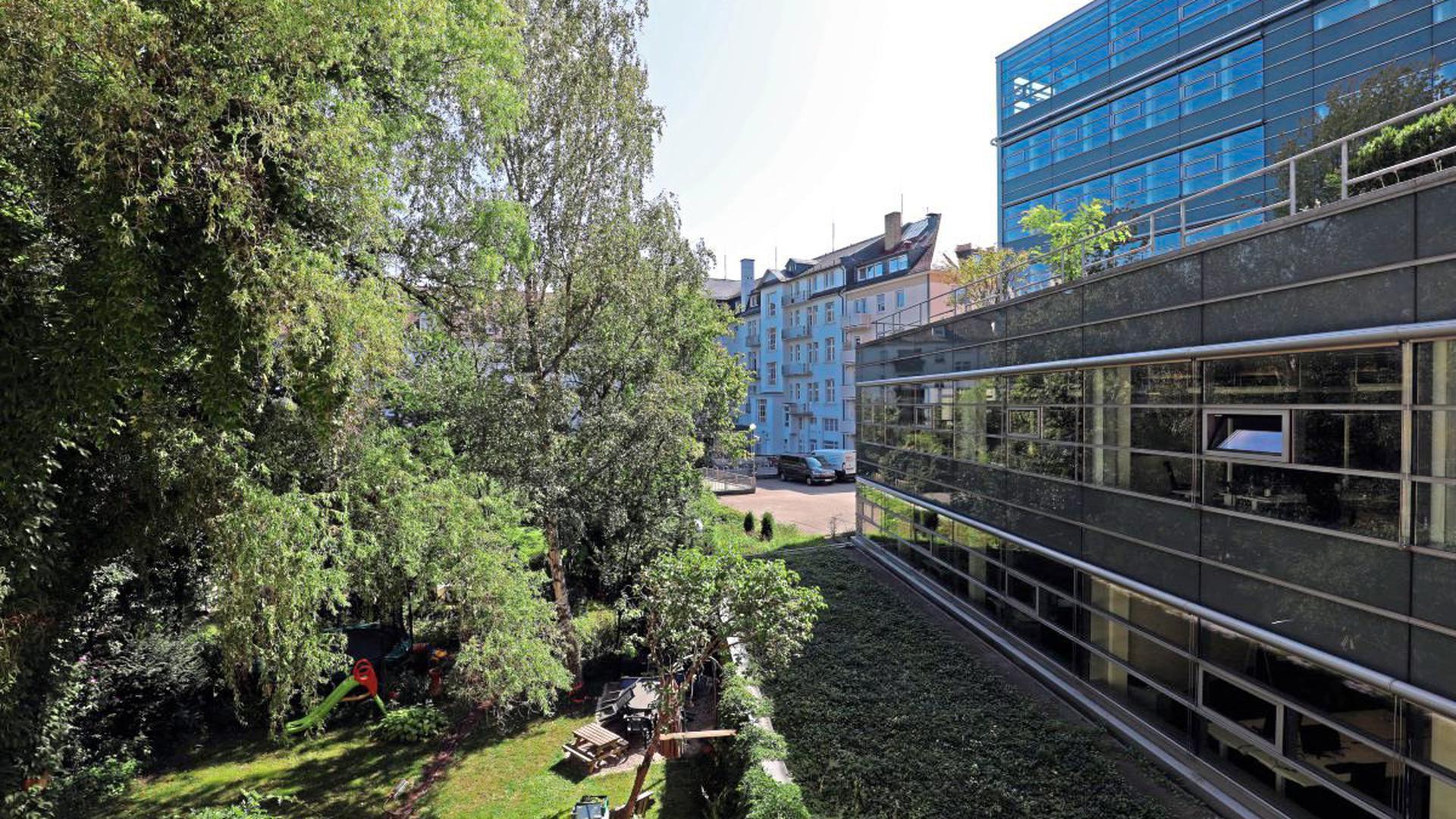 Hier kollidieren Lebensentwürfe: Das Karlsruher Bahnhofsviertel birgt einen außergewöhnlich grünen Innenhof. Gleichzeitig ist der Standort für moderne Büroflächen sehr begehrt.