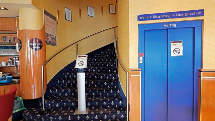 Nicht mehr zeitgemäß: Der Brandschutz erlaubt heute keine geschwungene Treppe mehr. Der Aufzug ist ebenfalls veraltet.