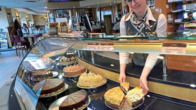 Die Kühltheke schafft es an heißen Sommertagen nicht allein, die von Felicia Klenert verkauften Torten unter 25 Grad zu halten.