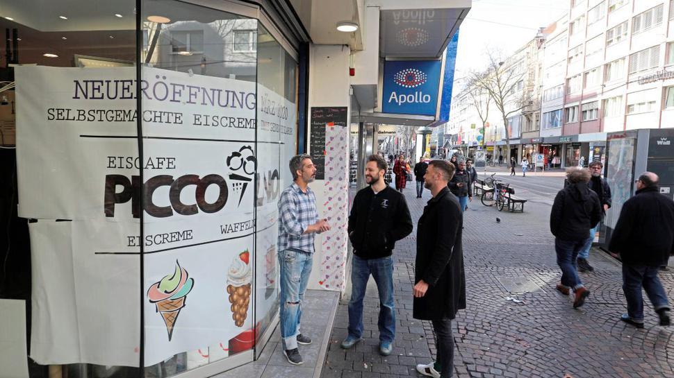 Italienische Spezialitäten will Francesco Indirli (Mitte) mit Geschäftspartner Thorsten Röll (rechts) und Eis-Meister Tiago Lorenzo (links) in der Kaiserstraße bieten. Er hofft, nun mit Eis statt Pizza die Nachfrage nach To-Go-Angeboten besser zu bedienen.