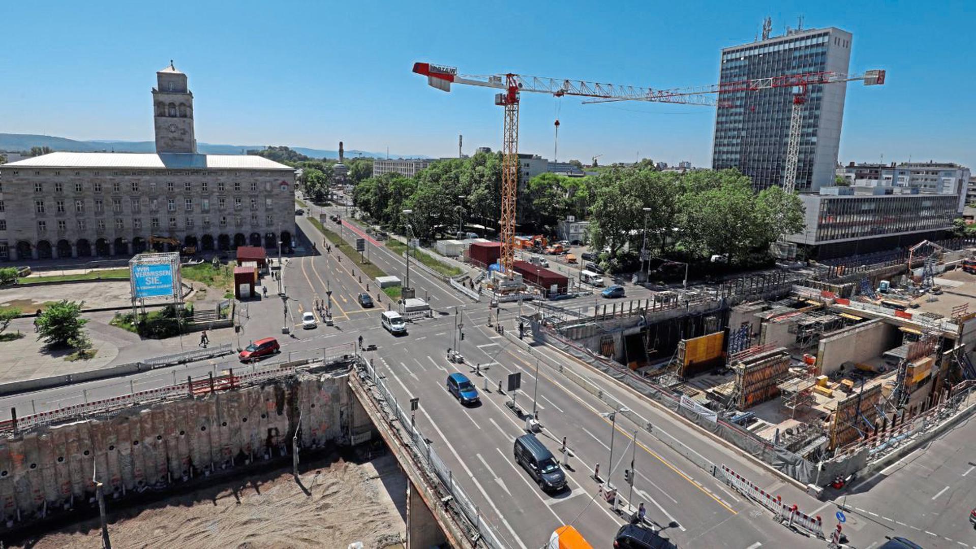Das Ettlinger Tor bietet den Raum für Visionen einer City mit zwei Hochhäusern auf der Südwestseite, wo heute nur Baukräne für den Autotunnel Kriegsstraße dem Landratsamt Konkurrenz machen. Ein Planer lässt gar ein Hochhaus-Wäldchen wachsen.
