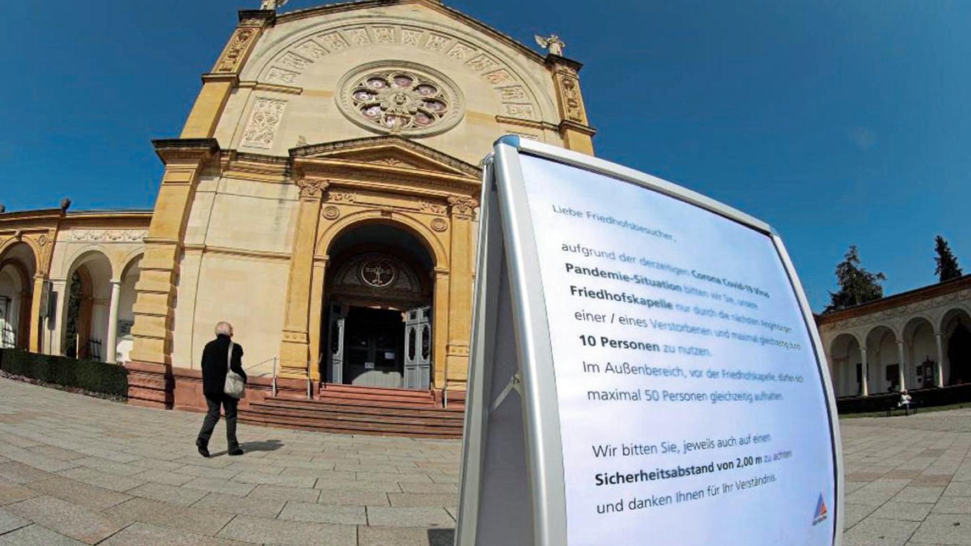 Trauerfeiern in Karlsruhe müssen wegen des Coronavirus derzeit in kleinem Rahmen stattfinden. Höchstens zehn Hinterbliebene dürfen gleichzeitig in die Kapelle.