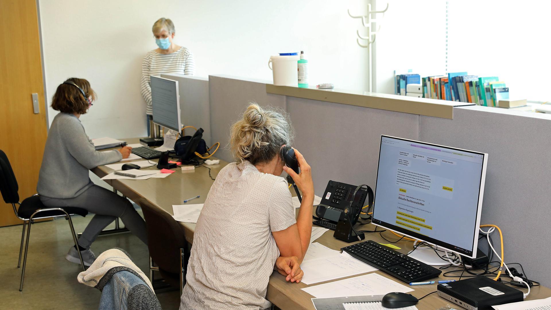 Bis zu 800 Verdachtsfälle an einem Tag: Die Mitarbeiter des Gesundheitsamts Karlsruhe kommen in der Flut von Nachfragen und Meldungen rund um das Corona-Virus an ihre Kapazitätsgrenzen.