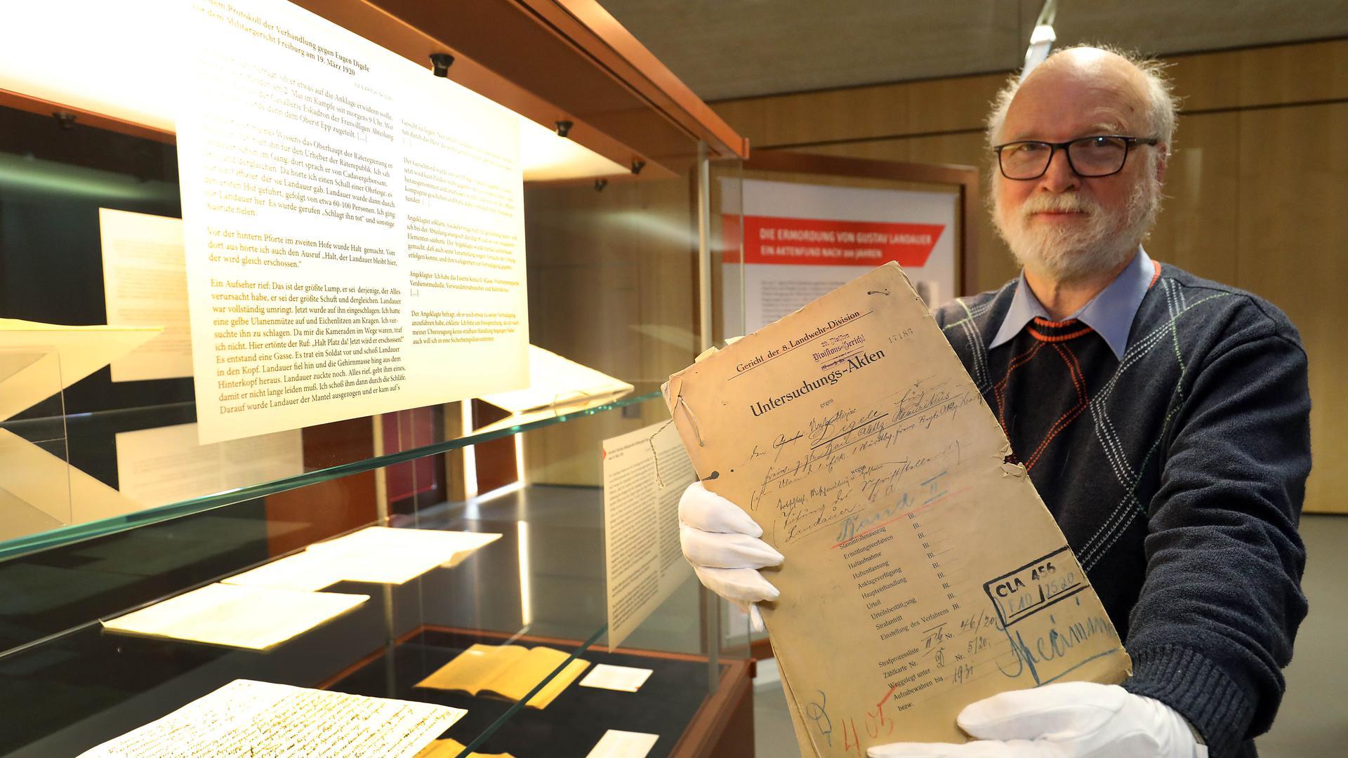 Der Entdecker: Beim Sichten der insgesamt 1,2 Kilometer langen Aktenregale fielen Archivmitarbeiter Manfred Hennhöfer die entscheidenden Dokumente auf.