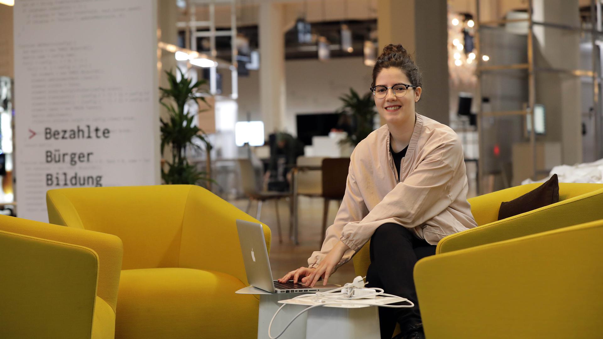 digital oder real? Blanca Giménez organisiert im ZKM den ersten Internet Yami-Ichi, einen Flohmarkt für materielle und immaterielle Dinge aus dem Internet.