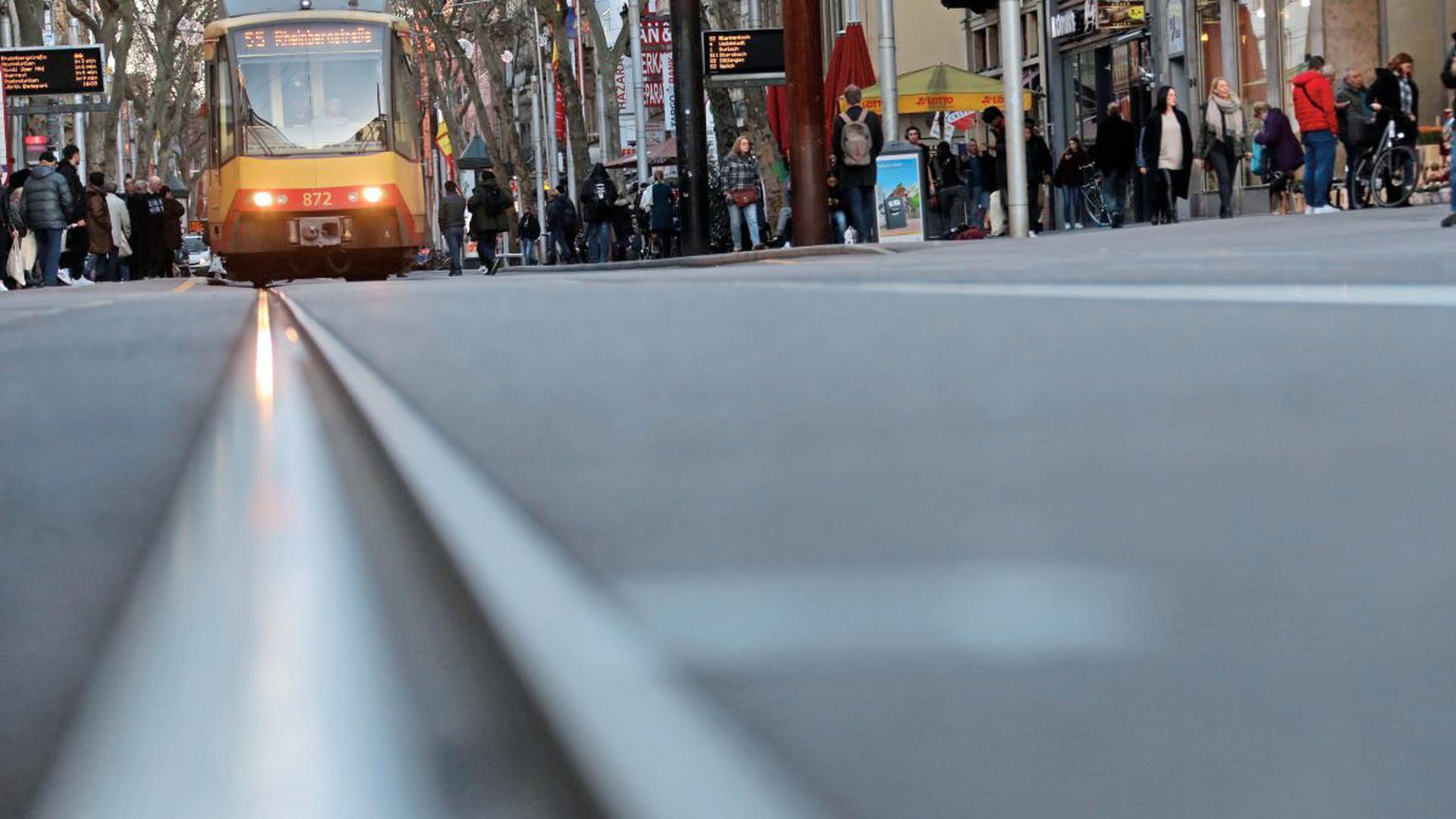 Auslaufmodell: Wird die von den Karlsruhern 2002 beschlossene Kombilösung umgesetzt, dann verschwinden die Bahnen aus der Kaiserstraße voraussichtlich Ende 2021 mit der Inbetriebnahme der U-Strab und der umgebauten Kriegsstraße. Die Gleise werden ausgebaut, und die Fußgängermeile gepflastert wie der neue Marktplatz.