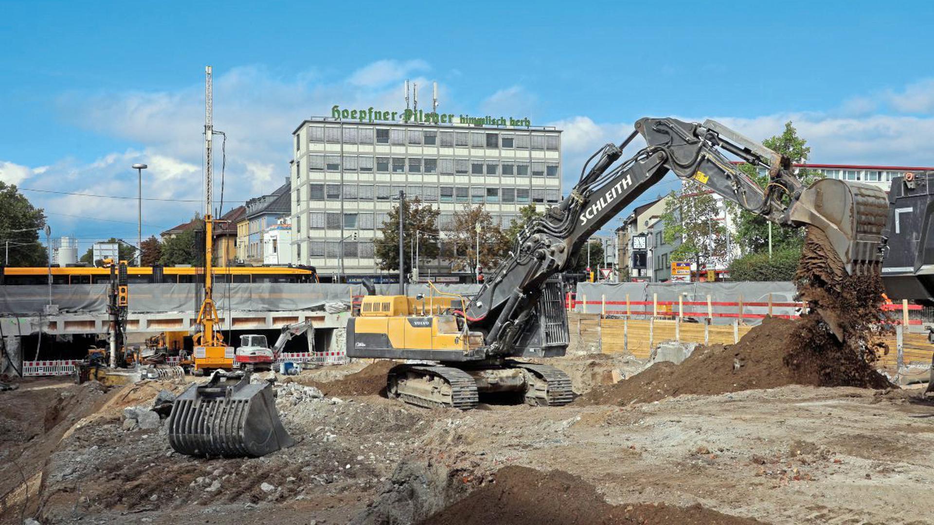 Vor dem Karlsrtor sind die Bauarbeiten für den Autotunnel Kriegsstraße angekommen. Noch rollt die Straßenbahn über die Kreuzung. Ab Frühling 2020 ist es damit bei einer Unterbrechung insgesamt über ein Jahr lang vorbei. Ende 2021 soll die Großbaustelle für die Kombilösung am Karlstor Geschichte sein.