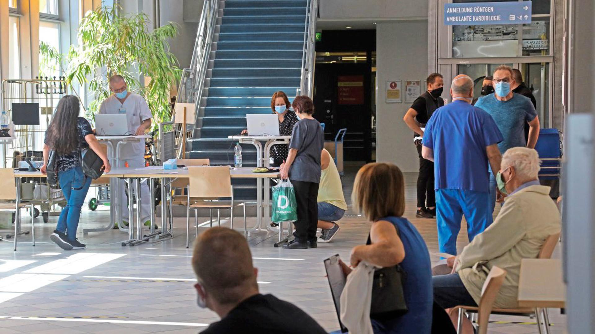 Krankenbesuch in Corona-Zeiten: Im Städtischen Klinikum Karlsruhe stehen (und sitzen) die Besucher im Haus R Schlange, um sich für ihre 60 Minuten Besuchszeit am Tag zu registrieren. Auf die Einhaltung der Sicherheits- und Hygienevorschriften wird streng geachtet.