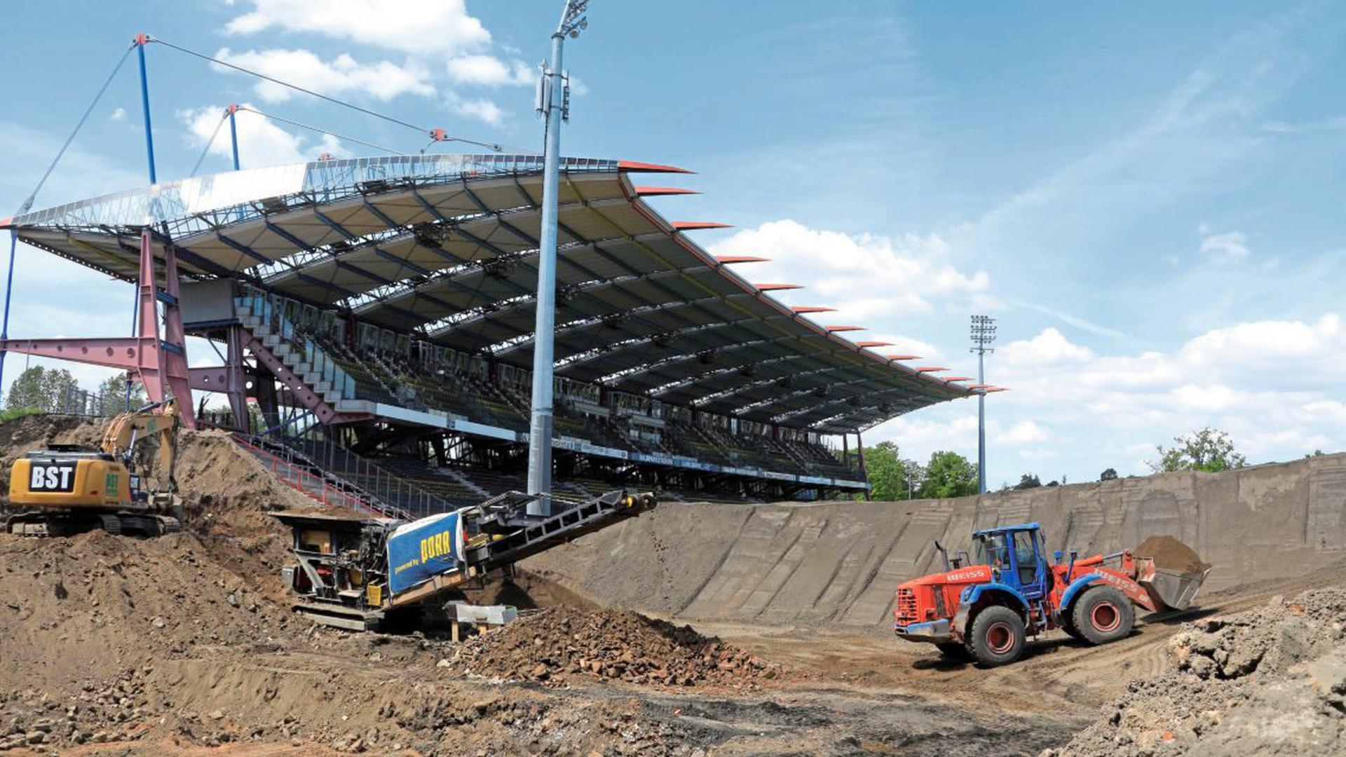 Die Abrissarbeiten im Wildparkstadion finden bereits neben der Haupttribüne statt.