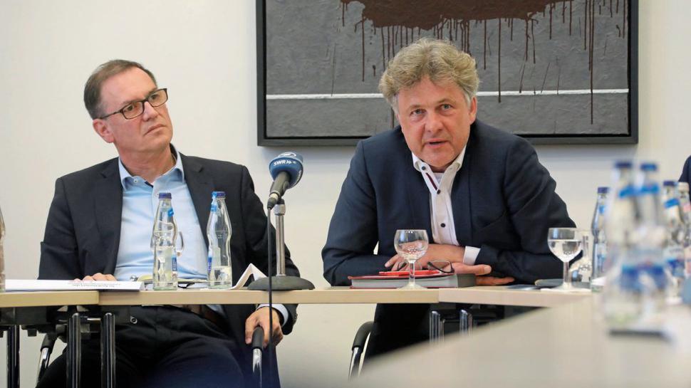 Ihre Sicht zum Dach-Streit legten OB Frank Mentrup (rechts) und Werner Merkel vom Eigenbetrieb Stadionbau dar.