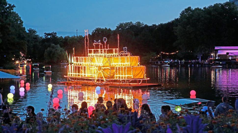 Beim Lichterfest im August werden Stadtgarten und Zoo stimmungsvoll illuminiert. Unzählige Lampions und Installationen bieten den Besuchern Fotomotive.