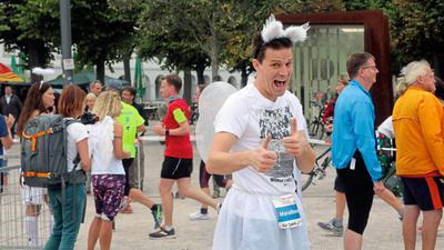 Enspurt mit Engelsflügeln: So motivierten viele Läufer-Freunde die Sportler auf den letzten fünf Kilometern.