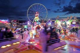 """Tempo und Spaß: Zum letzten Mal drehen sich an diesem Montag das Rundfahrgeschäft """"Magic"""", das Riesenrad und die anderen Fahrattraktionen auf der Herbstmess' an der Durlacher Allee. Zum Ausklang am Abend lassen die Schausteller bunte Raketen steigen."""