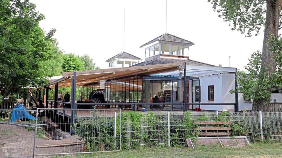 """Zur neuen Macht am Rhein wird das Traditionslokal """"Rheinterrassen"""" ausgebaut. Die Gestaltung der Außenanlage und das Einrichten eines Biergartens sind gestoppt. Der Projektbetreiber und die Stadt liegen im Clinch."""