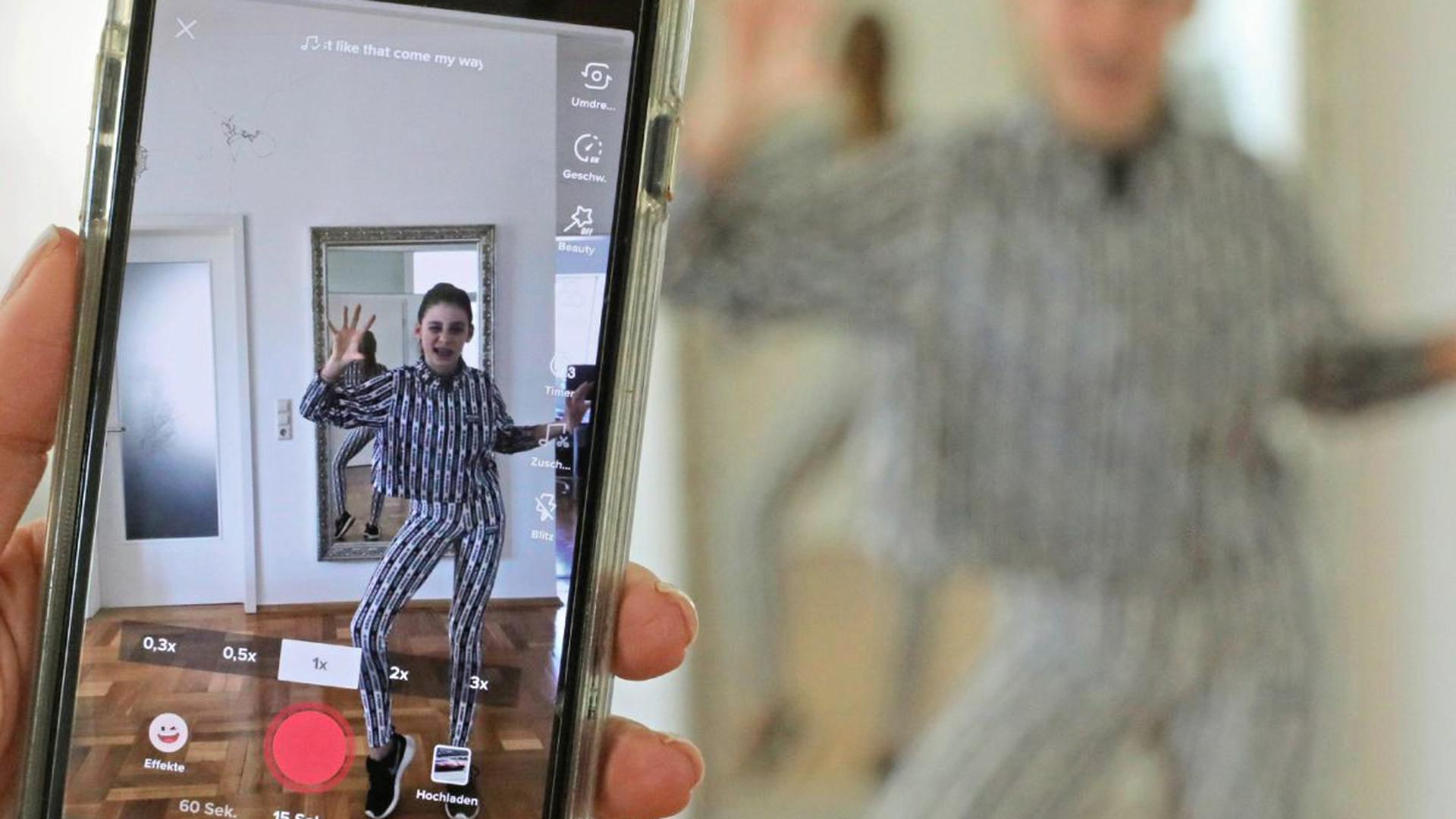 Tanz MiT Distanz: In der Corona-Krise entwickeln Tanzstudios digitale Lösungen, um ihre Kunden zu halten. Die 13-jährige Romy übt zu Hause mit dem Handy.