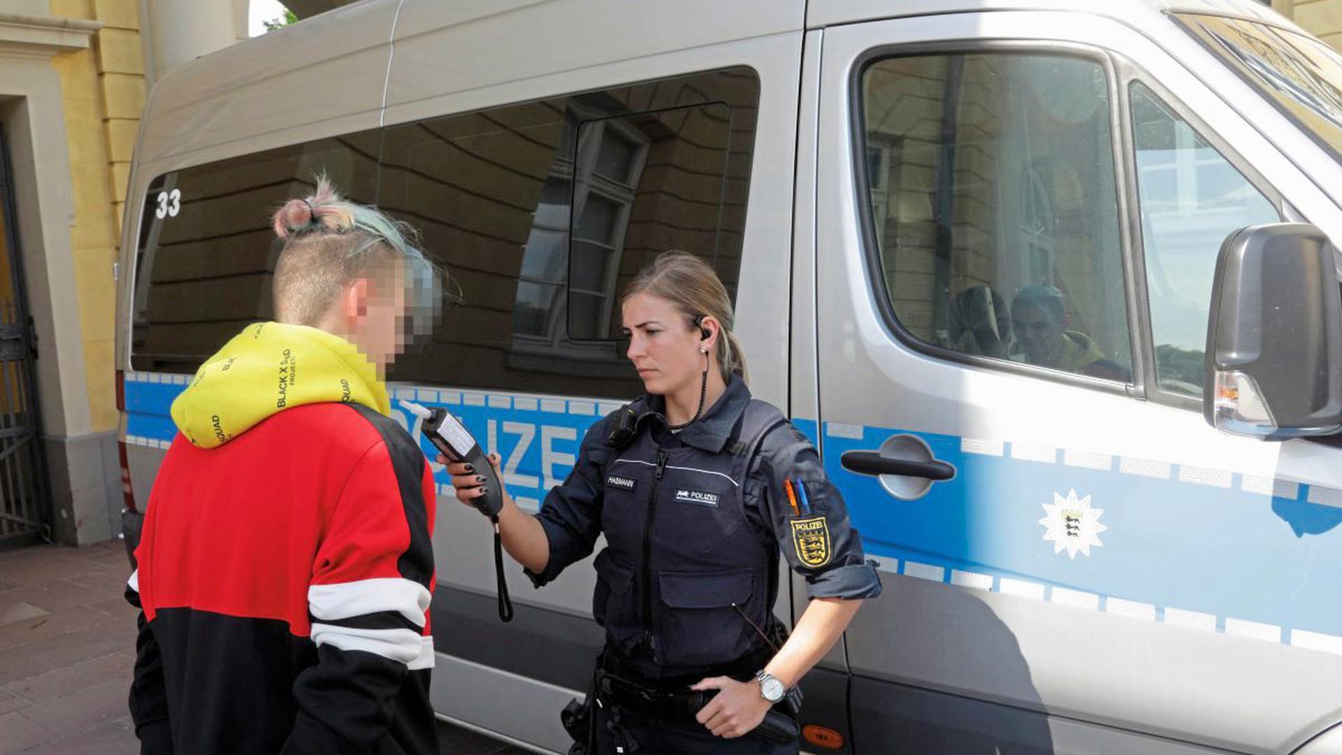 Die Feier der Realschüler zum Schulabschluss am Dienstag im Schlosspark in Karlsruhe fand unter den wachsamen Augen der Polizei statt.