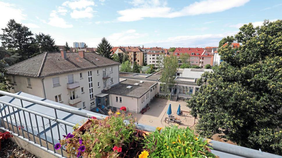 Die Aussicht von diesem Dachbalkon an der Hinterseite der Schillerstraße wird sich durch das Bauprojekt Sophien-Carrée verändern.
