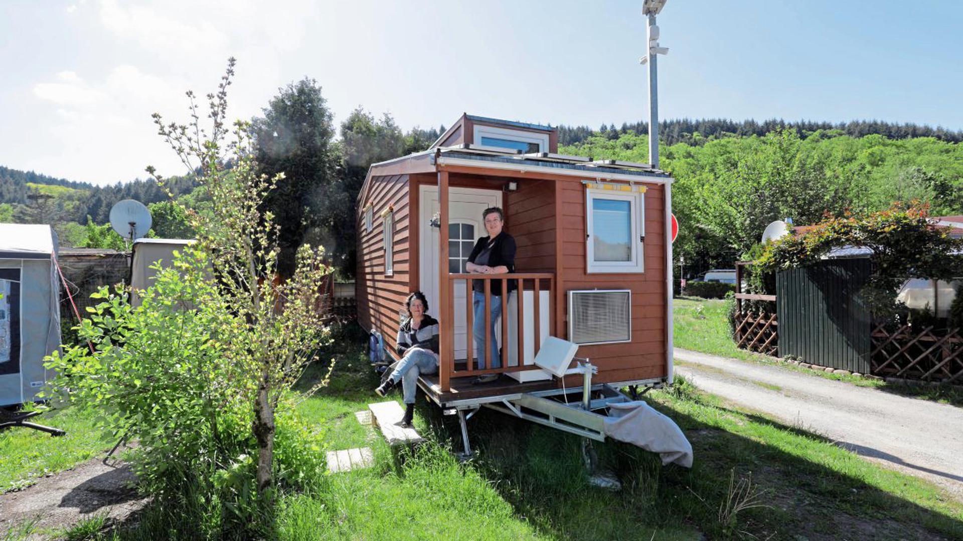Vorposten der Mini-Siedlung: Das erste Tiny House hat auf dem Campingplatz Albgau bei Ettlingen bereits sein Domizil gefunden. Derweil haben Pascale Jenny und Regina Schleyer (von links) mit Messevorbereitungen und der Suche nach weiteren Standplätzen gut zu tun.