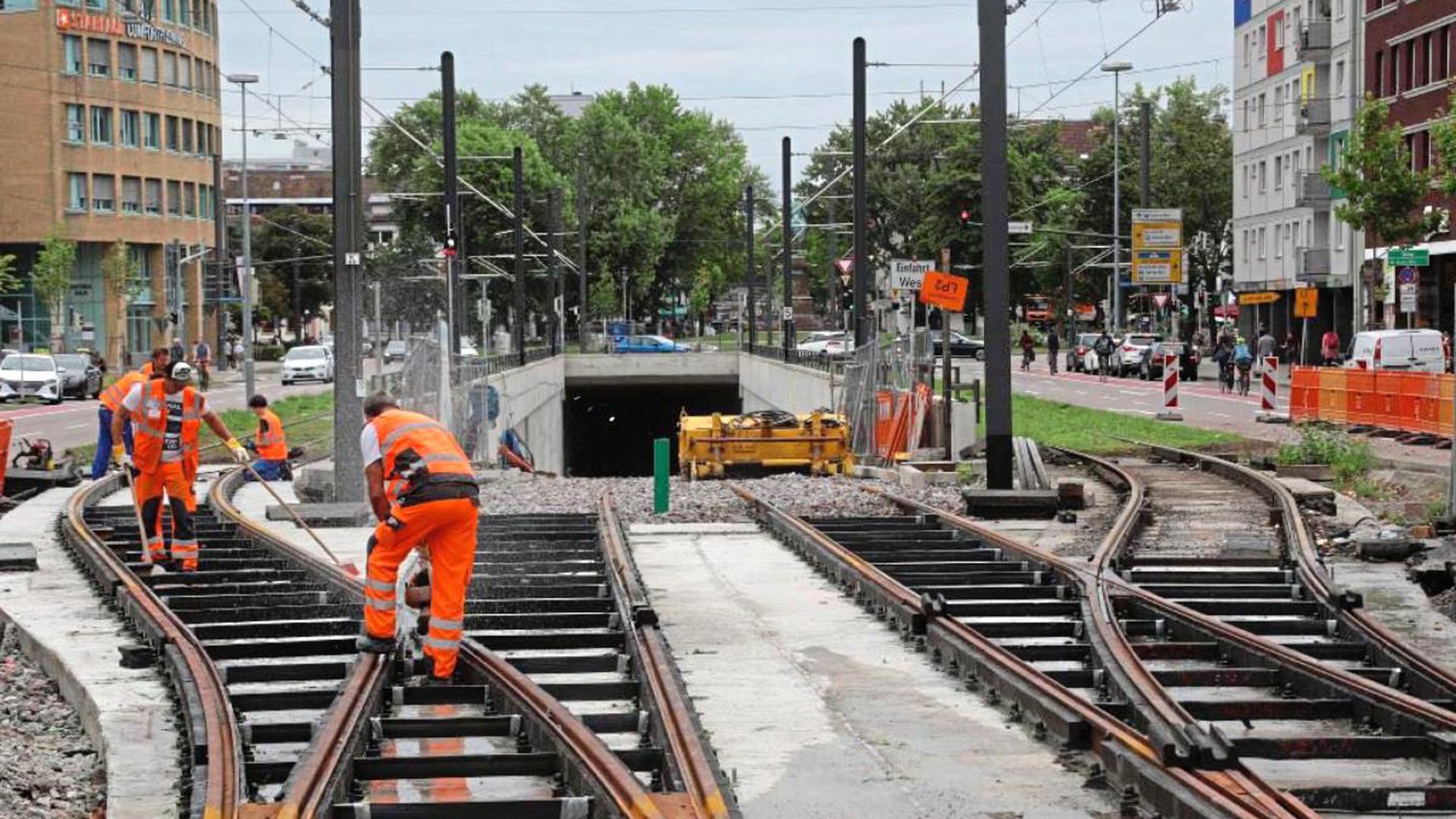 Verknüpfung im Westen: Am Mühlburger Tor sind jetzt die oberirdischen Gleise mit den Schienen auf der Rampe in den U-Strab-Tunnel verbunden worden. Die oberirdisch neben der Rampe laufenden Gleise sind durch Weichen angeschlossen. Erst in zwei Jahren sollen tatsächlich Bahnen in die Röhre rollen.