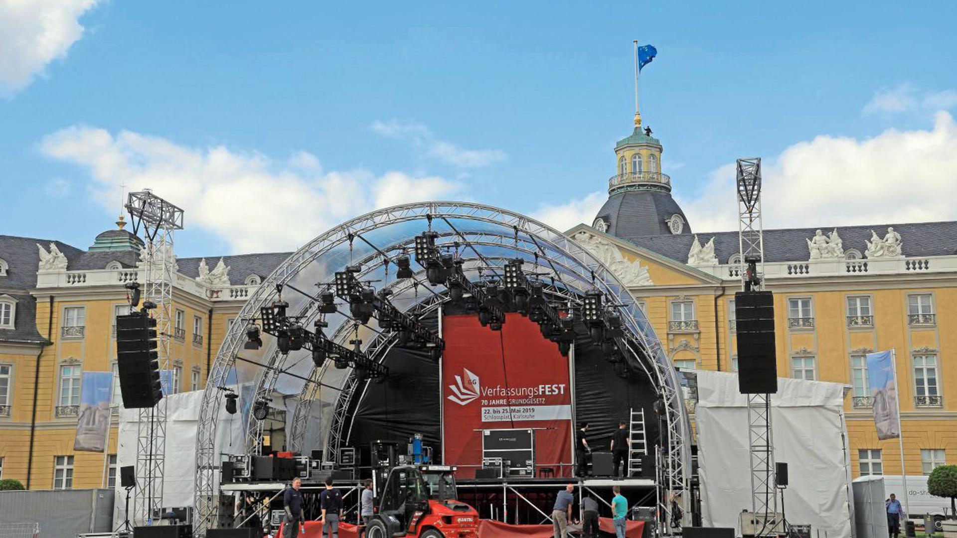 Die Hauptbühne für das Verfassungsfest steht am Schloss.