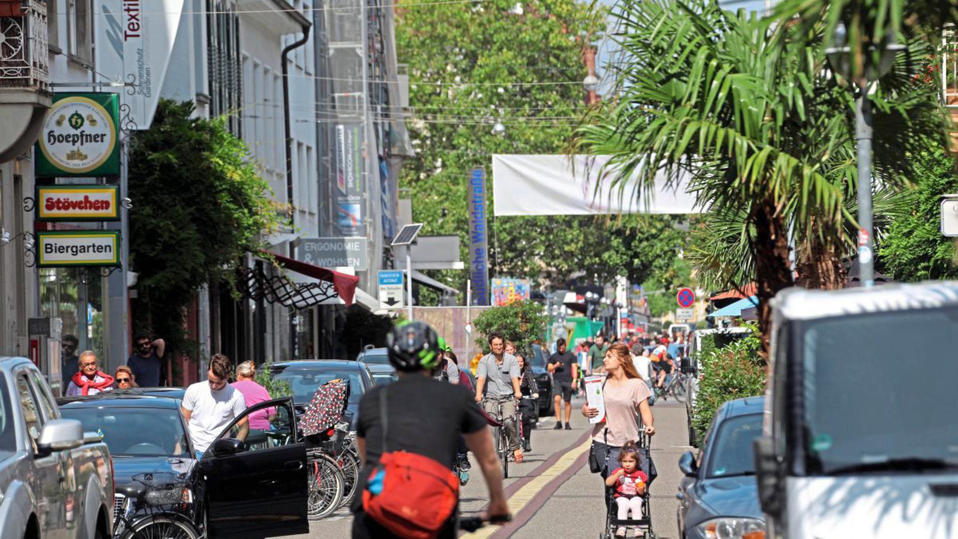 In Konkurrenz um engen Straßenraum geraten Menschen zu Fuß, auf dem Rad oder mit dem Auto in der Innenstadt nicht nur hier in der südlichen Waldstraße.