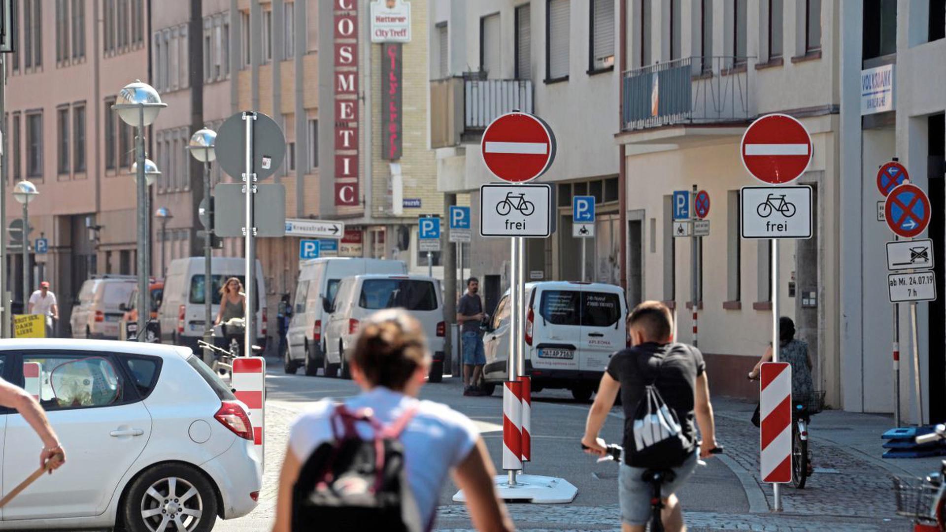 Kein Durchkommen mehr mehr für Autos ist seit Mittwochmorgen im Inneren Zirkel. Die feste Barriere auf Höhe der Mittelachse der Karl-Friedrich-Straße lässt Radlern die freie Bahn, die ihnen die Fahrradstraße eigentlich längst bringen sollte.