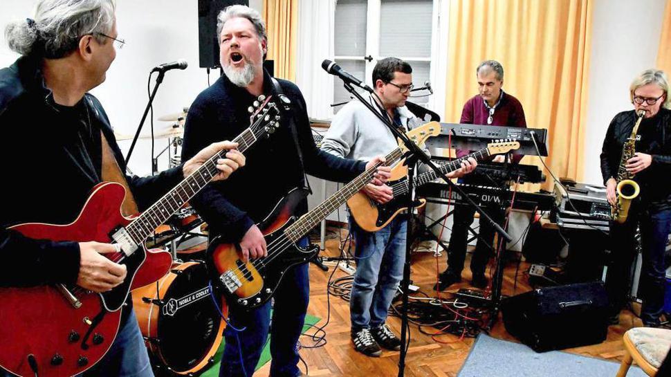 """Die Dorfcombo, für die erdige Musik, Blues und Rock 'n' Roll der Maßstab aller Dinge ist, gibt nach langjähriger Pause wieder Konzerte. Hinter vielen ihrer Musikstücke stehen sie noch, manche finden sie inzwischen aber auch """"ganz schön doof""""."""