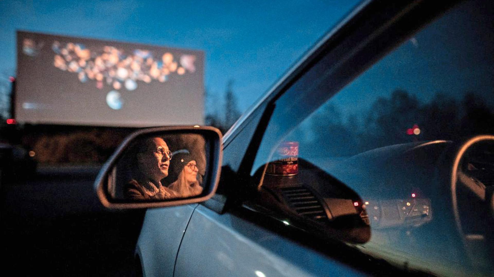 Autositz statt Kinosessel: Filme auf großer Leinwand können ab 22. April im Autokino Karlsruhe geschaut werden.