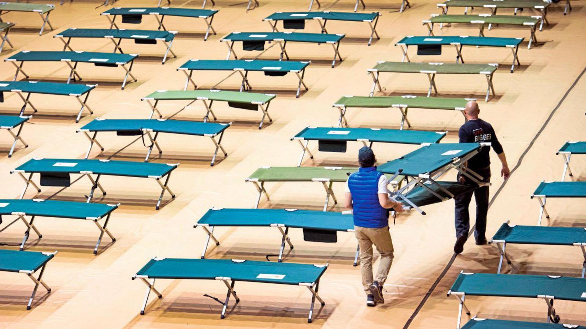 In Colorado Springs in den USA werden Feldbetten aufgebaut. In manchen Ländern übernachtet Klinikpersonal wegen der Corona-Pandemie im Krankenhaus.